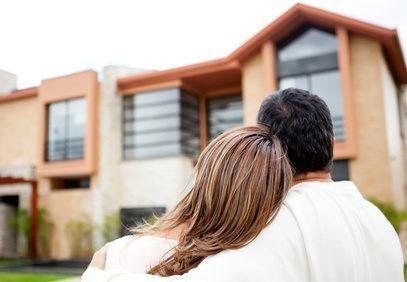 Immobilie kaufen, ein Pärchen siehts sich ein Haus an.